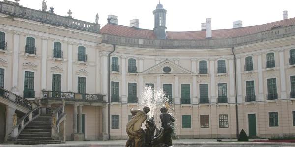 Brunnen mit Schloss im Hintergrund