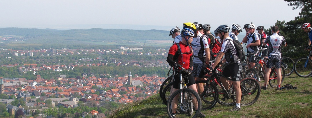 Mountainbike-Gruppe mit Blick auf Goslar