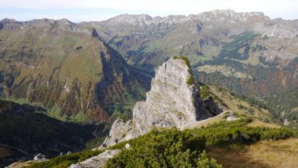 Aufstieg zum Sattelkopf mit Blick zum Felsturm des Sattelköpfle