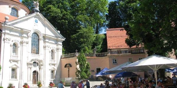 Kloster Weltenburg am Donaudurchbruch mit Biergarten und Klosterkirche
