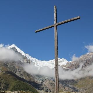 """Auf """"Hohtschugge"""" steht ein neun Meter hohes Holzkreuz"""