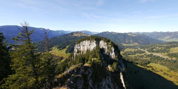 Blick vom Beslerkopf zum Schafkopf - ganz links die Gottesackerwände und der Hohe Ifen