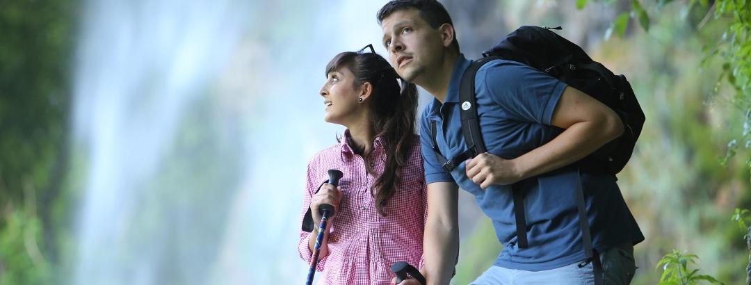 Paar am Uracher Wasserfall