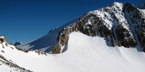 Eine Skitourengruppe kurz vor dem Pfaffenjoch.