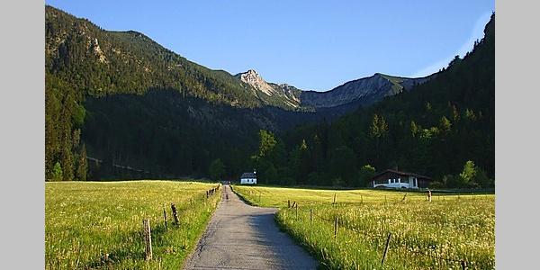 Blick von Aurach auf die Aiplspitze und den Jägerkamp.