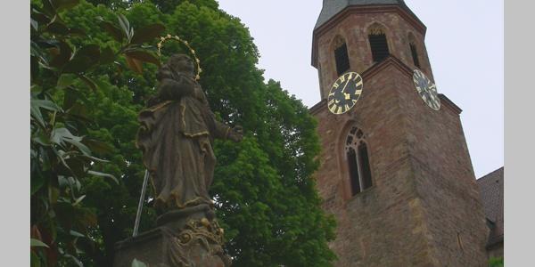 Marienstatue vor der katholischen Pfarrkirche St. Maria Himmelfahrt.