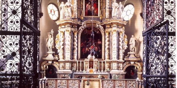 Blick in den Chor mit dem Hochaltar der Abteikirche