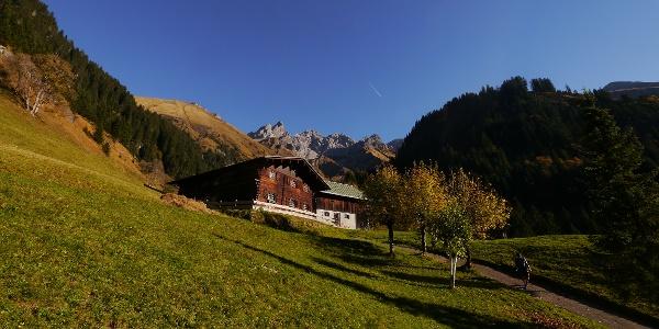 Einödsbach vor einer beeindruckenden Bergkulisse