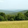 Ein für diese Region charakteristischer Ausblick über die offenen Fernen der südlichen Rhön.