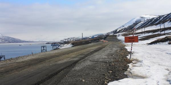 """Die """"alte Flughafenstraße"""", Blick zurück Richtung Longyearbyen"""