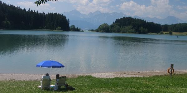 Im Ort See lädt eine Badestelle am Illasbergsee zur Rast ein.