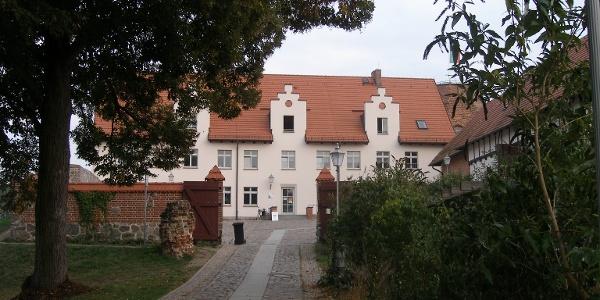 Die Reste der Burg in Wesenberg am Ufer sind in den vergangenen Jahren saniert worden.