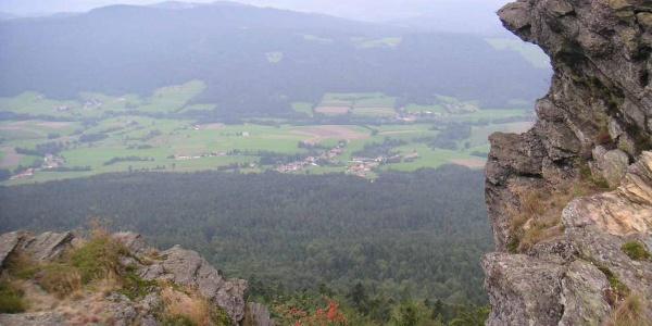 Vom Kreuzfelsen haben wir einen Blick in das Tal von Bad Kötzting.