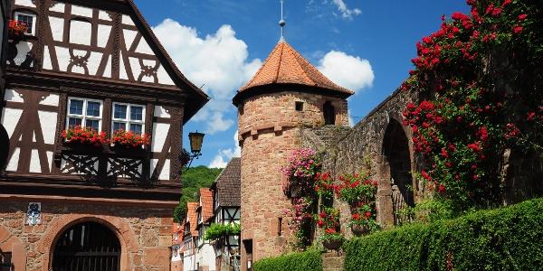 Dörrenbacher Ortskern mit Rathaus und Kirche