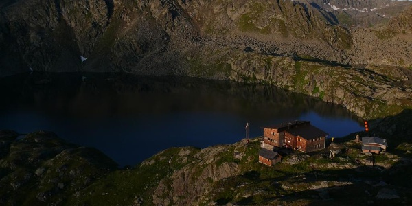 Wangenitzseehütte mit Wangenitzsee am frühen Morgen
