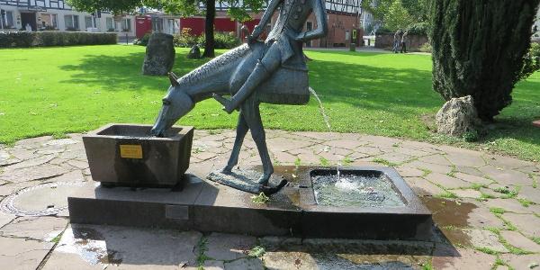 """Brunnen """"Das halbe Pferd"""" am Münchhausen-Gutshof"""