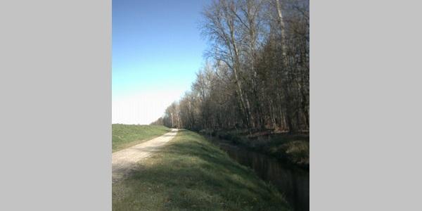 Entlang des Damms verläuft unsere Radtour zu Beginn.