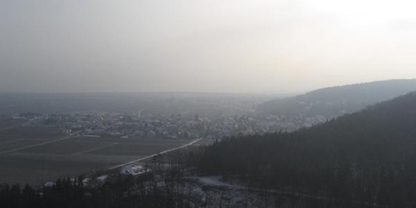 Hier überblicken wir die Rheinebene mit der Weinstraße, die Bergstraße und den Odenwald.