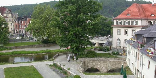 Der Schlossgarten am Unteren Schloss Greiz - die Mühlgrabenbrücke
