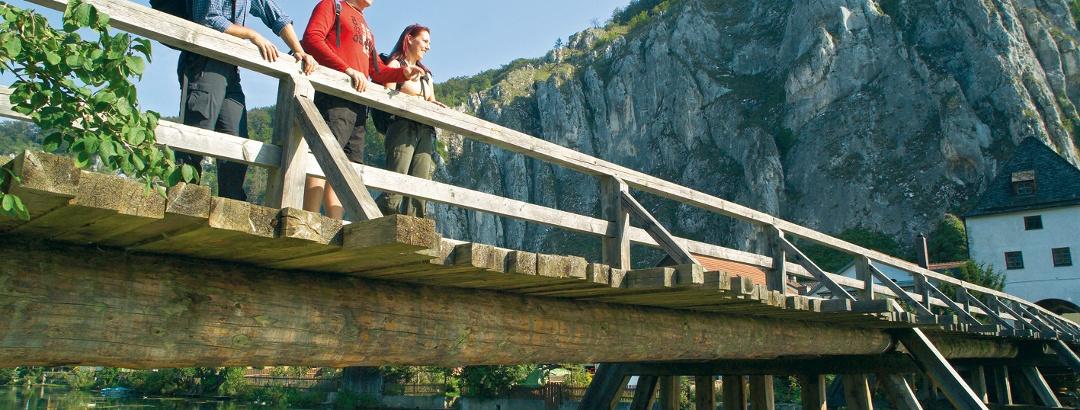 Wandern im Altmühltal, im Hintergrund Burg Randeck.