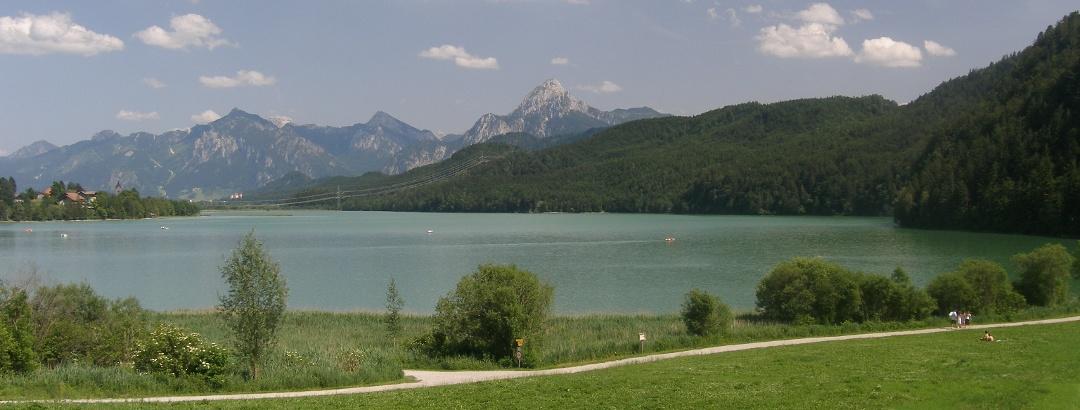 Oberhalb der Liegewiese beitet sich dieser Blick über den Weißensee zum Weißenseeberg.