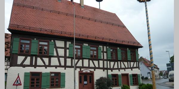 Am Rathaus in Genkingen starten wir zur 11. Etappe des Nordrand-Panoramawegs.