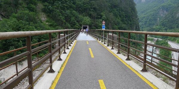 Auf dem Radweg mit Brücke und Tunnel
