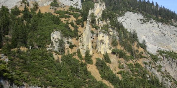 Die Rumer Nadel (Bildmitte) liegt am Südhang der Rumerspitze auf 1370 m.
