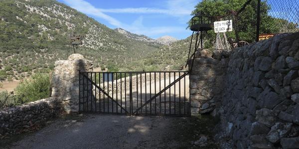 geschlossenes, aber nicht verschlossenes Tor bei der Finca Sollelric