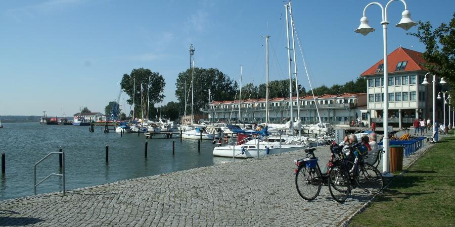"""Der Hafen in Karlshagen bietet sich für eine Rast und eine Einkehr im """"Veer Master"""" an."""