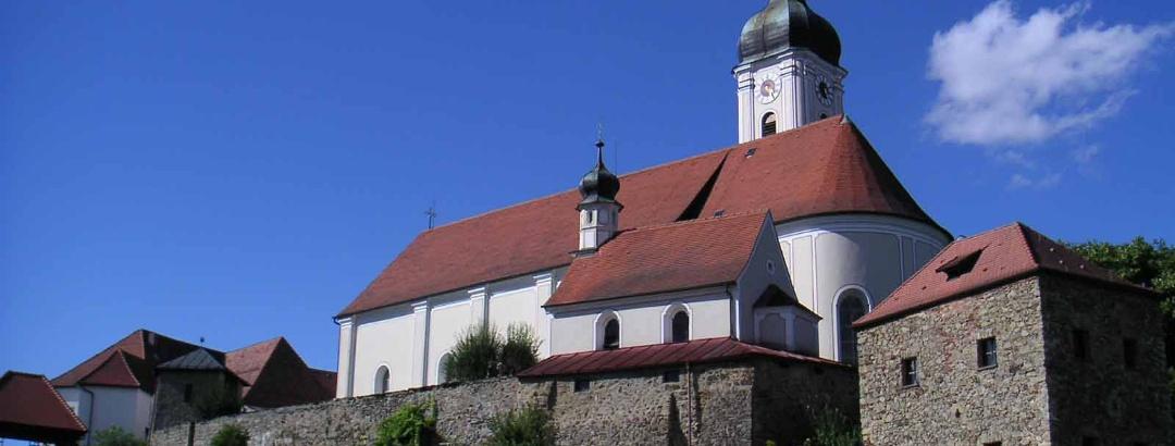 Die Kirchenburg liegt zwischen Stadtmitte und Kurpark von Bad Kötzting.