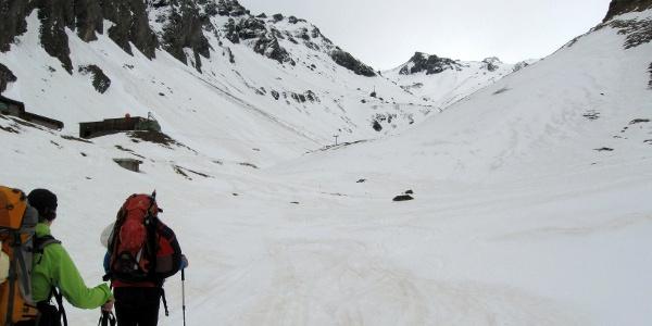 Kurz unterhalb der Lucknerhütte. Hier befindet sich auch die Materialseilbahn für die Stüdlhütte.