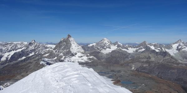Atemberaubends Panorama vom Gipfel - im Hintergrund das Matterhorn (4'478 m)