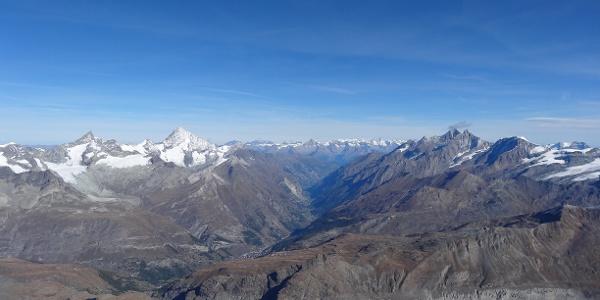Panorama auf das darunterliegende Mattertal und einige Viertausender