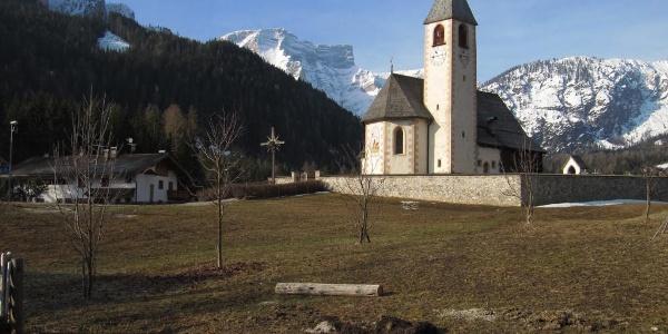 Kirche St. Veit, im Hintergrund der Seekofel
