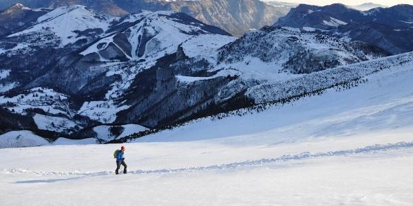 In salita, con la stazione sciistica La Polsa-San valentino sullo sfondo