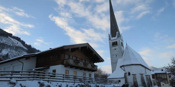 Gratis parken zwischen Kirche und Gerlingerwirt. Nur wenige Meter Ski tragen ...
