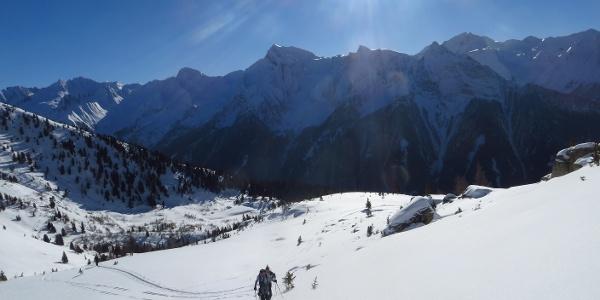 Oberhalb der Waldgrenze freies und sonniges Skitourengelände