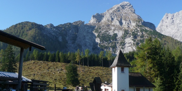 Kleiner Watzmann (über der Kapelle) und Mooslahnerkopf (ganz links)