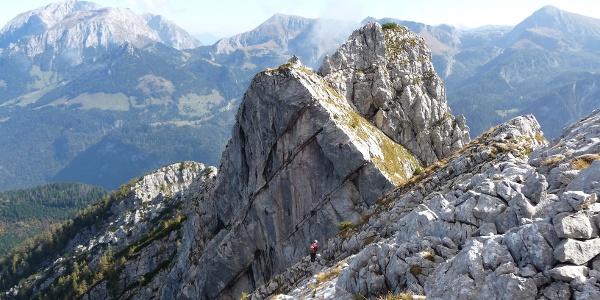 Auf dem Abstieg zum Mooslahnerkopf. Über die besonnte Fläche führt der Weg auf die Scharte und wieder zur Nordseite