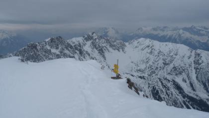 Blick hinüber zum beliebten Schitourengipfel der Kuhlochspitze.