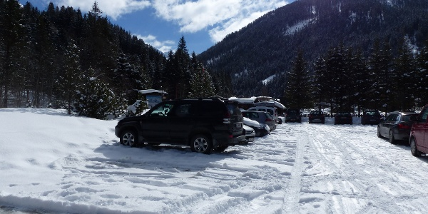 Der große Parkplatz im Lager Walchen bildet den Ausgangspunkt.