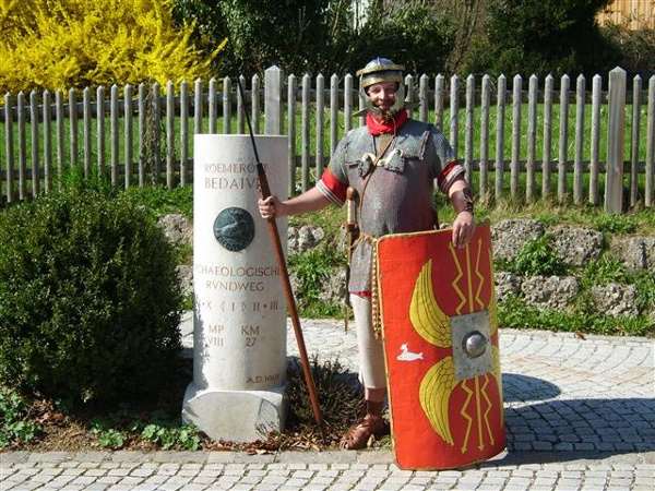Römischer Legionär am Meilenstein