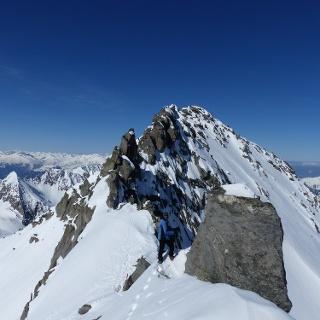 Blick über den schmalen Ostgrat zum Gipfel des Zillerkopfes (2995 m).