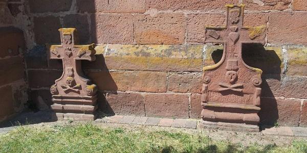 Grabmäler an Alter Kirche Peter & Paul