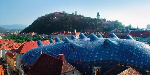 Blick auf das Grazer Kunsthaus und den Schloßberg