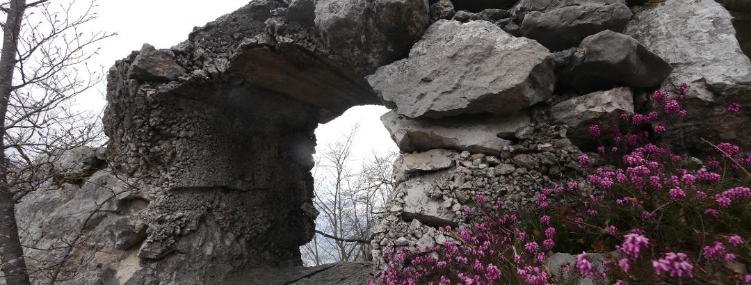 Steinfenster rahmen den Blick auf den Gardasee ein