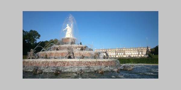Blick auf das Schloss Herrenchiemsee sowie die Wasserspiele