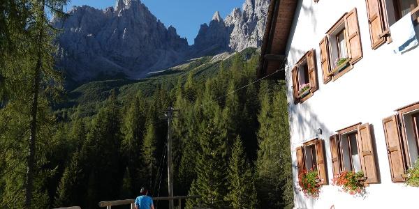 Das Rifugio Giaf mit Blick auf die nicht begehbare Forcella di Pecoli