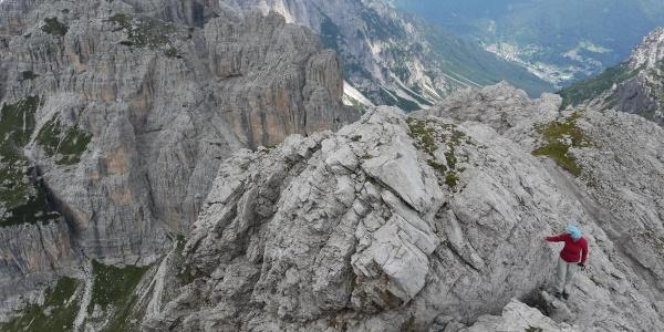 In leichter Kletterei über brüchige Schrofen kann man von der Forcella Pramaggiore den gleichnamigen Gipfel ersteigen, links unten die Wegspur ins Val dell'Inferno